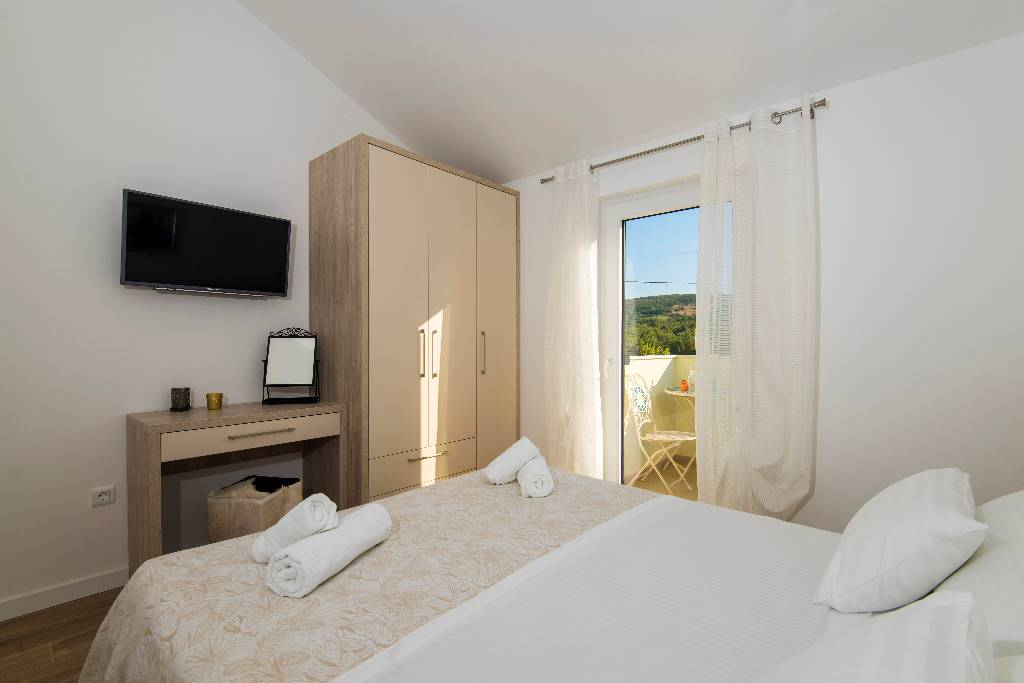 Room 2: double bed, satellite TV, air condition, floor heating, terrace.