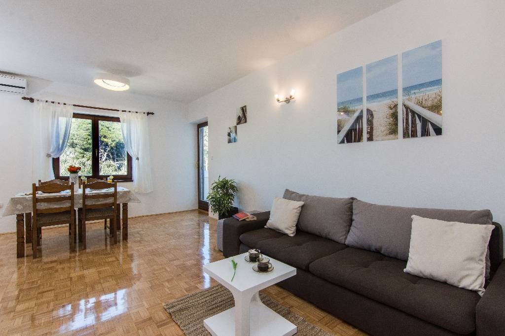 Ferienwohnung Apartments are situated at Ugljan on the north part of island of Ugljan,in an oasis of peace in Susica, Norddalmatien Insel Ugljan Kroatija Dining room