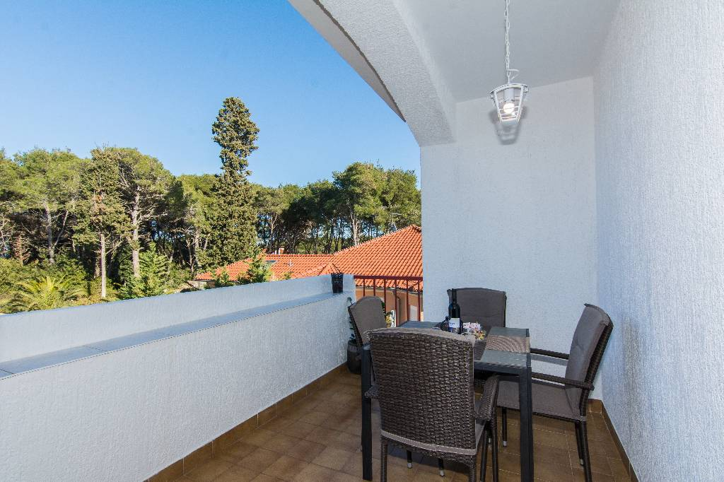 Ferienwohnung Apartments are situated at Ugljan on the north part of island of Ugljan,in an oasis of peace in Susica, Norddalmatien Insel Ugljan Kroatija Balcony